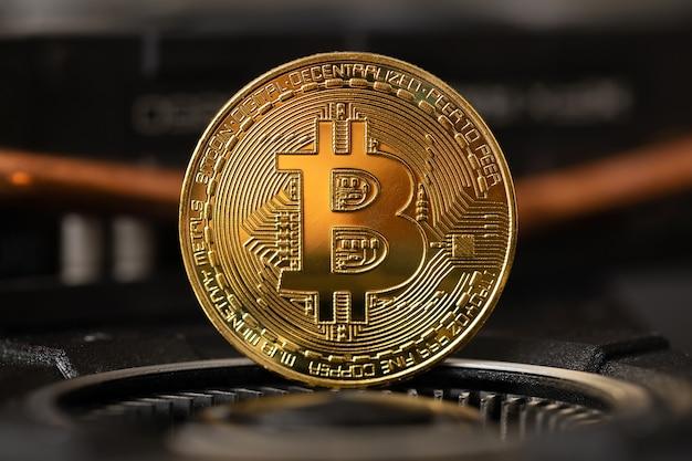 暗号マイニングgpuコンピューターハードウェア上に立っているゴールドビットコインのクローズアップ仮想通貨またはブロックチェーン暗号通貨
