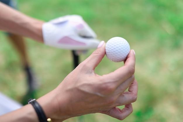 여성의 손에 골프 공의 근접 촬영