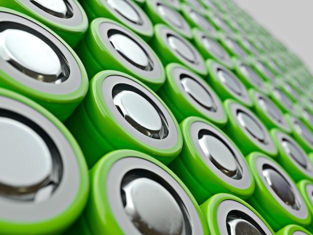 リチウムイオン電池の緑の山のクローズアップ。 18650バッテリーエネルギーの選択のカラフルな行をクローズアップ