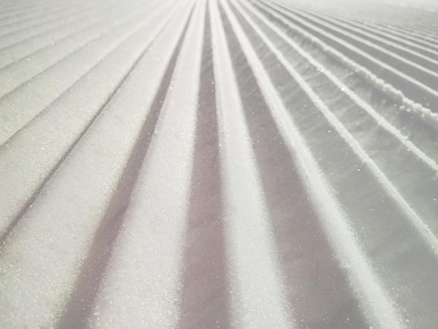 손질 된 piste 또는 스키 슬로프 배경의 근접 촬영