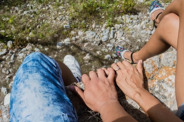 Крупным планом руки влюбленных на открытом воздухе