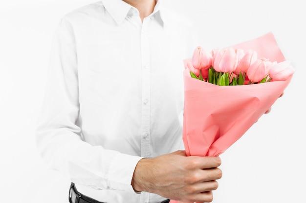 Макрофотография руки, держа букет тюльпанов, подарок на день святого валентина