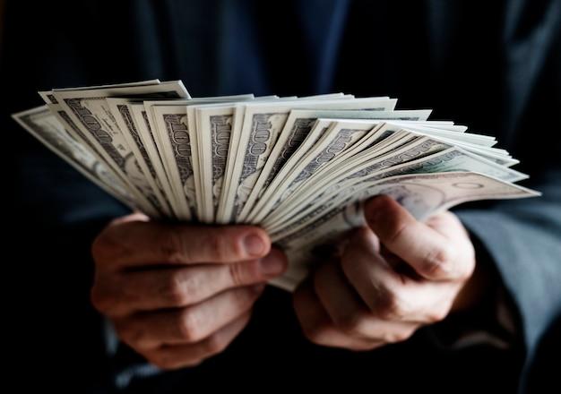 현금을 들고 손의 근접 촬영