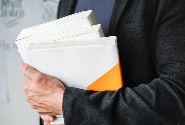 Макрофотография рук стопку книг
