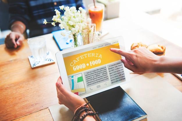 Макрофотография рук, проведение планшетный экран показывает кафетерий обзор