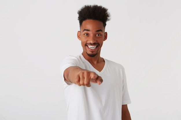 幸せな自信を持ってアフリカ系アメリカ人の若い男のクローズアップ