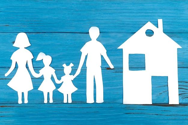 青の幸せな紙家族のクローズアップ
