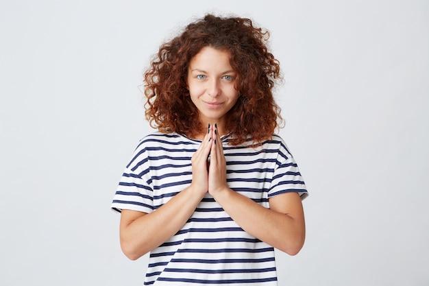 곱슬 머리를 가진 행복 평화로운 젊은 여자의 근접 촬영과 스트라이프 티셔츠를 입고