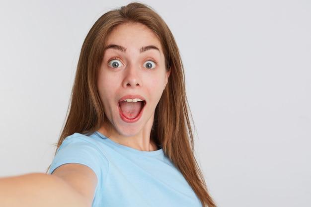 幸せな驚きの若い女性のクローズアップ