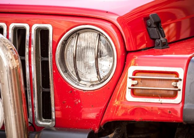 赤い suv のヘッドライトのクローズ アップ