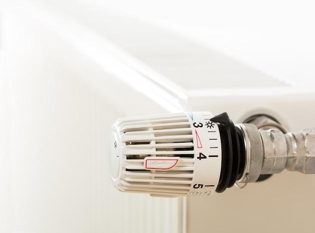 Крупным планом термостат радиатора отопления