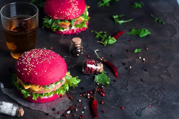 양상추와 소시지와 수 제 햄버거의 근접 촬영