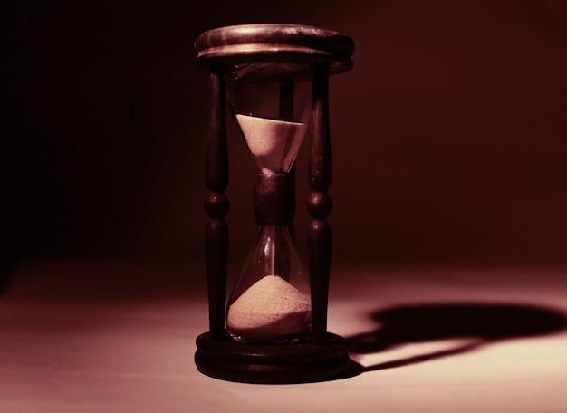 모래 시계의 근접 촬영입니다. 파란색 background.photo 복사 공간에 격리