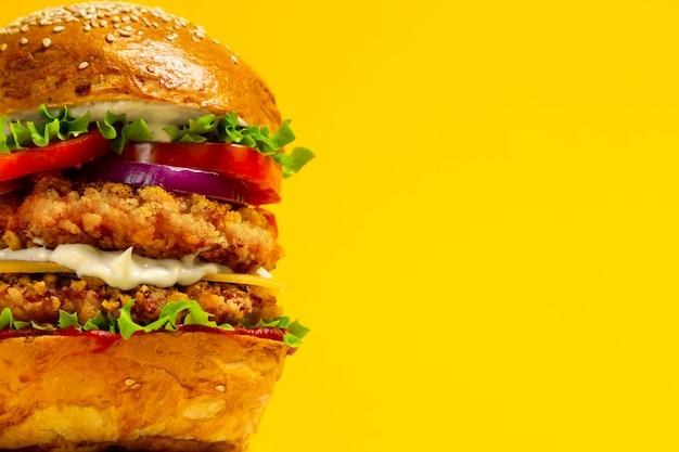 Крупный план королевского даблбургера с куриной котлетой в панировке