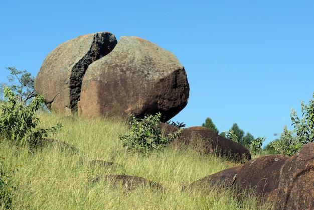 大きな岩のクローズアップは、緑の丘の上にカットしました。ブラジル、サンパウロ州