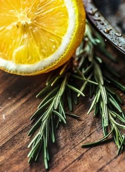 Макрофотография лимона и розмарина