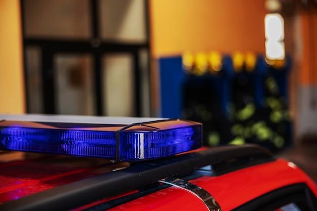消防隊に駐車している消防車のライトのクローズアップ。