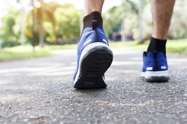 Крупный план мужской обуви для ходьбы. концепция тренировки, шаговая ходьба