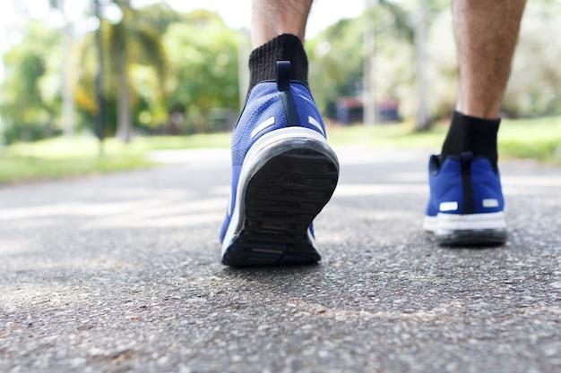 Крупным планом мужские кроссовки для ходьбы