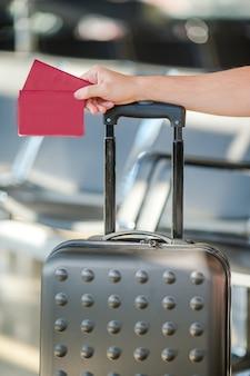 공항에서 여권 및 탑승권을 들고 남자의 근접 촬영
