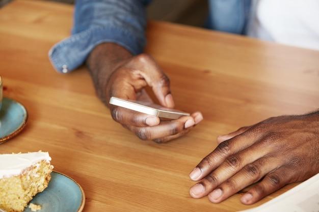 Крупным планом мужчина держит смартфон