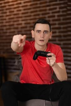 夕方にビデオゲームをしている男のクローズアップ