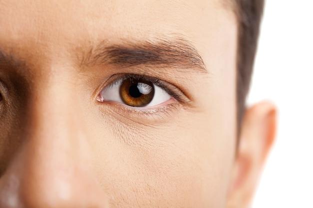 男の目のクローズアップ