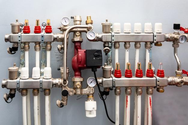 ボイラー室の暖房システムの真空計、パイプ、蛇口バルブのクローズアップ