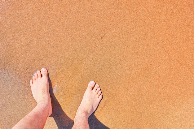 남자의 맨발의 근접 촬영 바다 모래 빈 복사본 공간 여름 분위기에 바다 해변 발에 해변 휴가에 젖은 서