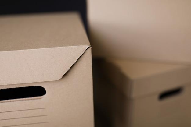 Крупный план многих коричневых картонных ящиков для хранения
