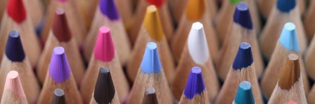 많은 여러 가지 빛깔의 날카로운 나무 연필의 근접 촬영