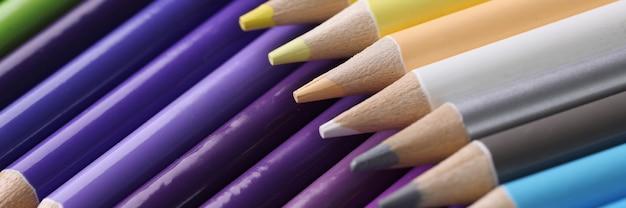 多くの色とりどりの鋭い木製の鉛筆のクローズアップ