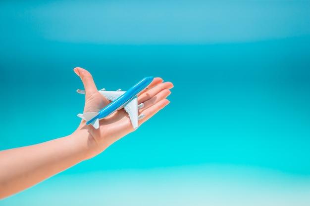 Макрофотография карты и модель самолета фоне моря