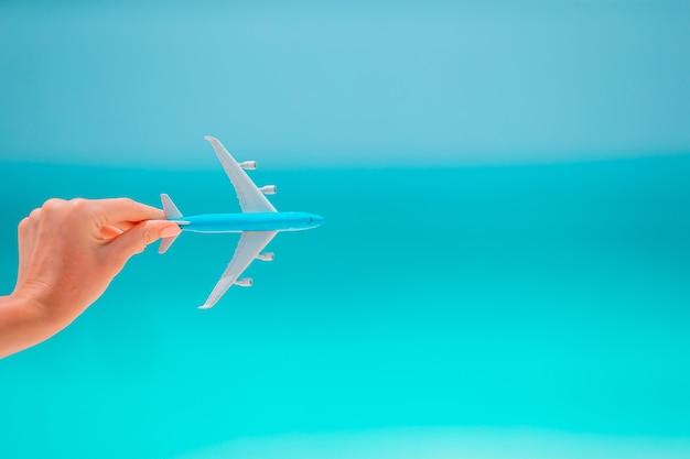 Крупным планом карты и модели самолета фоне моря