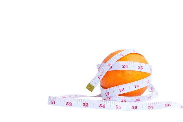 Крупный план измерительной ленты и апельсинов на белом фоне.