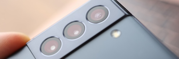 電話の概念の裏表紙の写真品質の携帯電話のカメラのクローズアップ