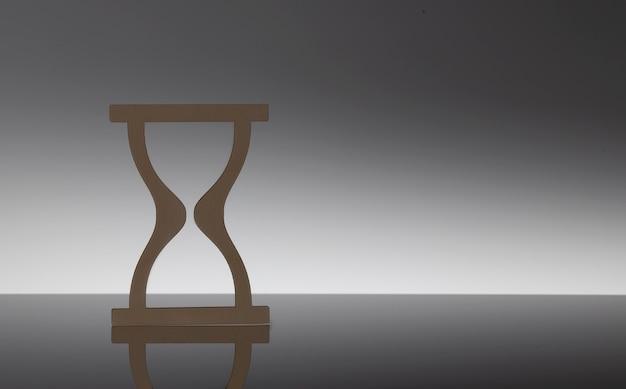 Крупным планом модельные деревянные песочные часы на черном фоне, копией пространства