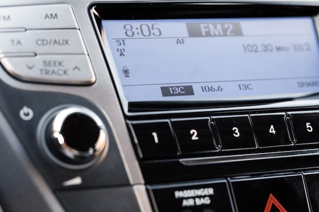 Крупным планом современной автомобильной аудиосистемы