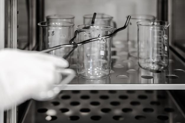 Крупный план оборудования муфельной печи на фармацевтическом или химическом заводе или в промышленности