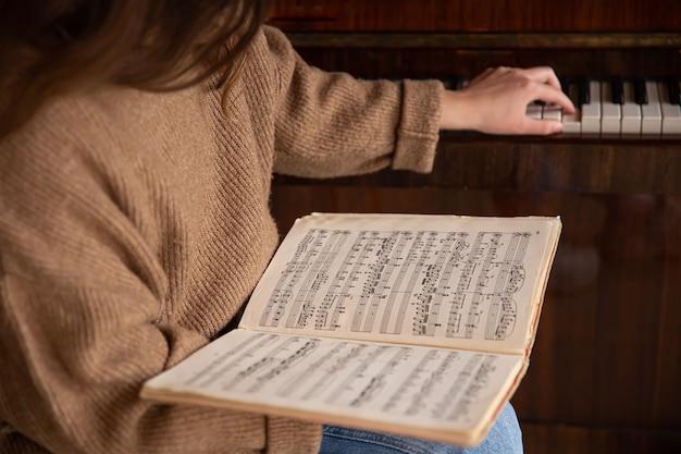 女性の手で音符のクローズアップ
