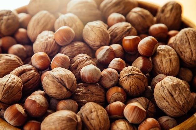 Крупным планом орехи на деревянной тарелке