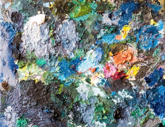 アーティストのパレットに油彩の色の拡大