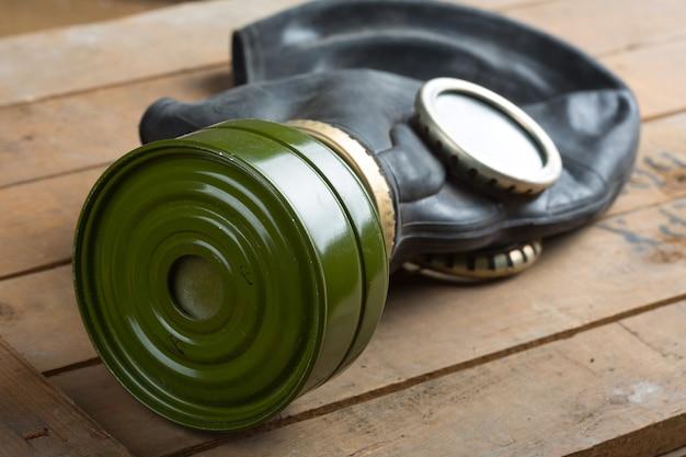 木製の箱の古いガスマスクのクローズアップ