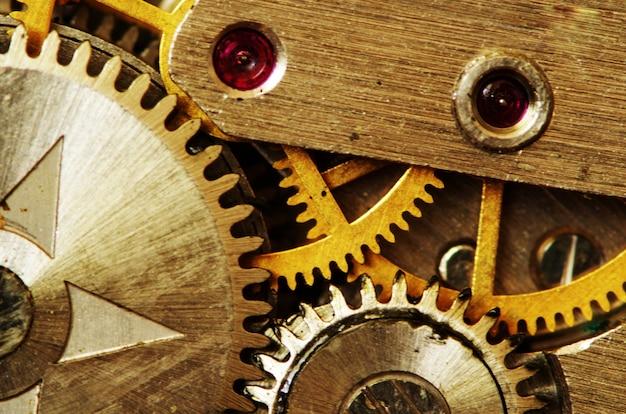 오래 된 금속 시계 메커니즘의 근접 촬영