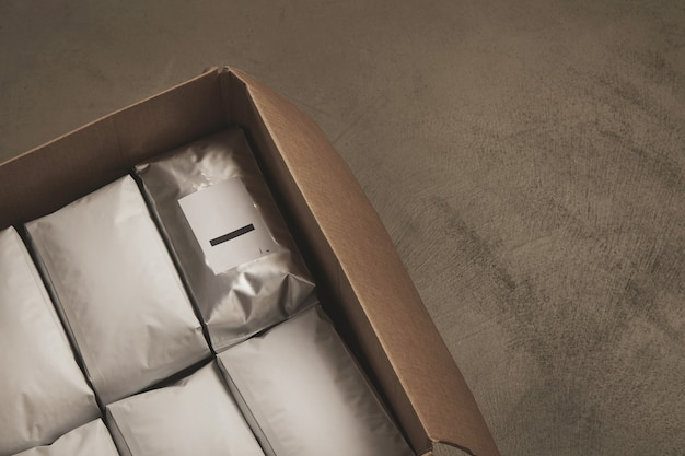 흰색 패키지의 전체 열린 큰 판지 상자의 근접 촬영