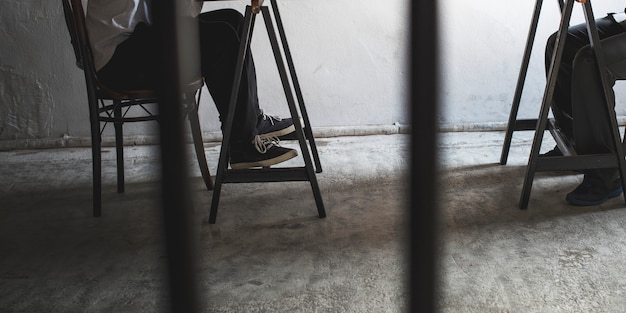 감옥에서 다리의 쌍의 근접 촬영