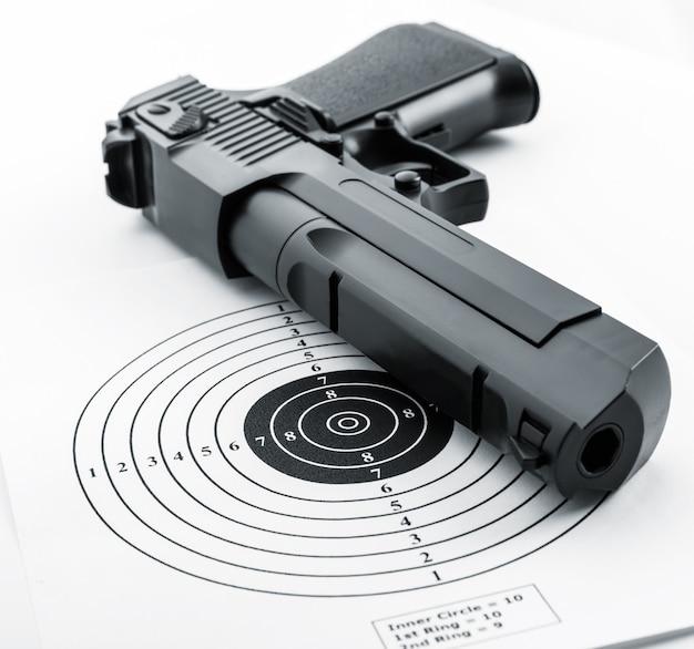 紙のターゲットと銃のクローズアップ
