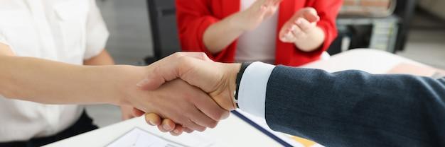 비즈니스 회의 성공적인 협상 개념에서 핸드 쉐이킹 파트너의 근접 촬영