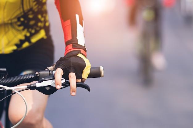 Крупным планом людей, езда на велосипеде с счастливым на праздник.