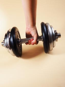 Крупный план людей упражнения с гирями в тренажерном зале. спортивные тренировки и фитнес.